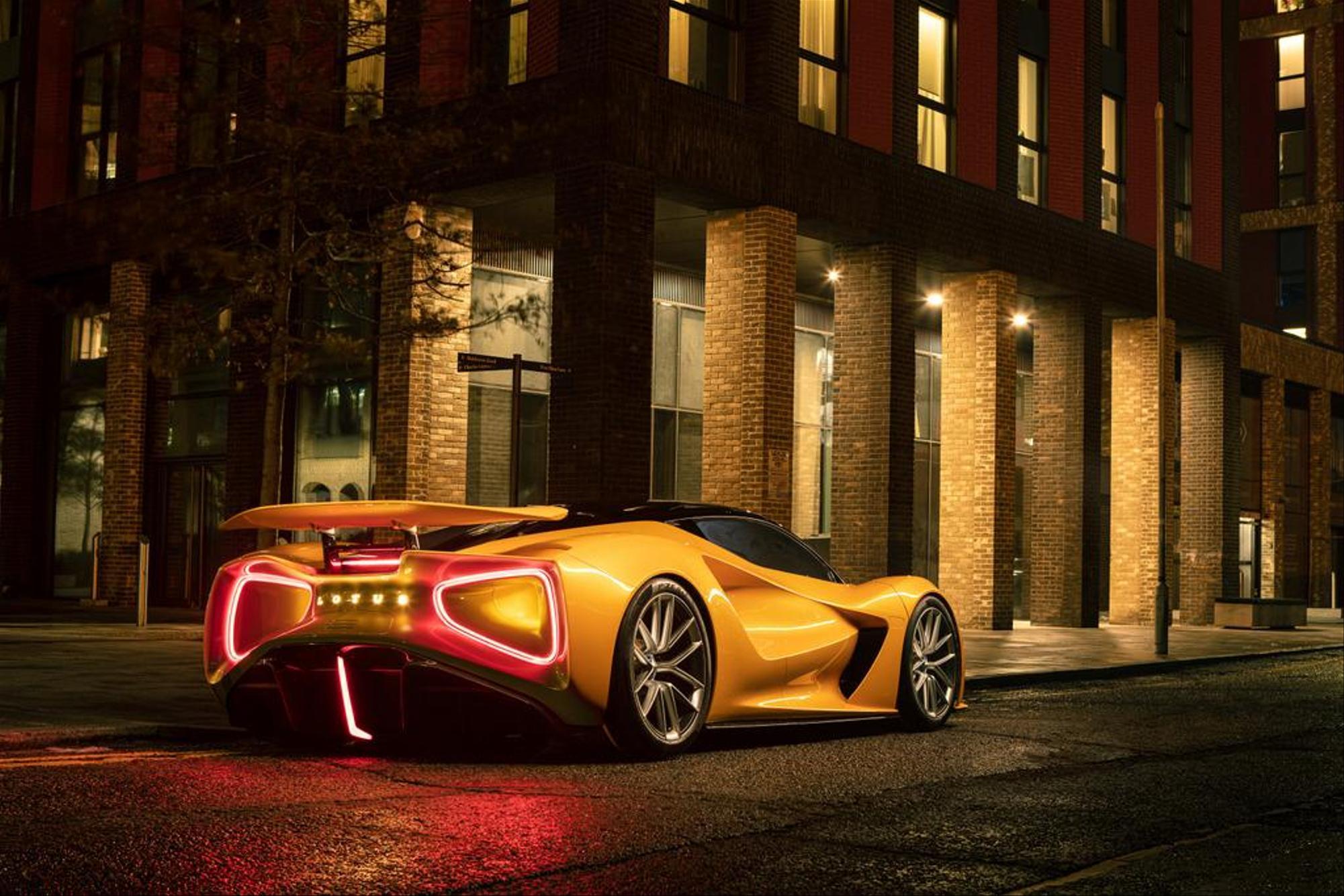 Lotus Evija. La Lotus Evija montrera son arrière frappant à de nombreuses personnes : Avec ses 2000 ch (1471 kW), la super voiture de sport britannique est à cent à l'heure en un rien de temps, la vitesse maximale est de 320 km/h. Prix total : 2,4 millions de francs suisses. Lotus Cars