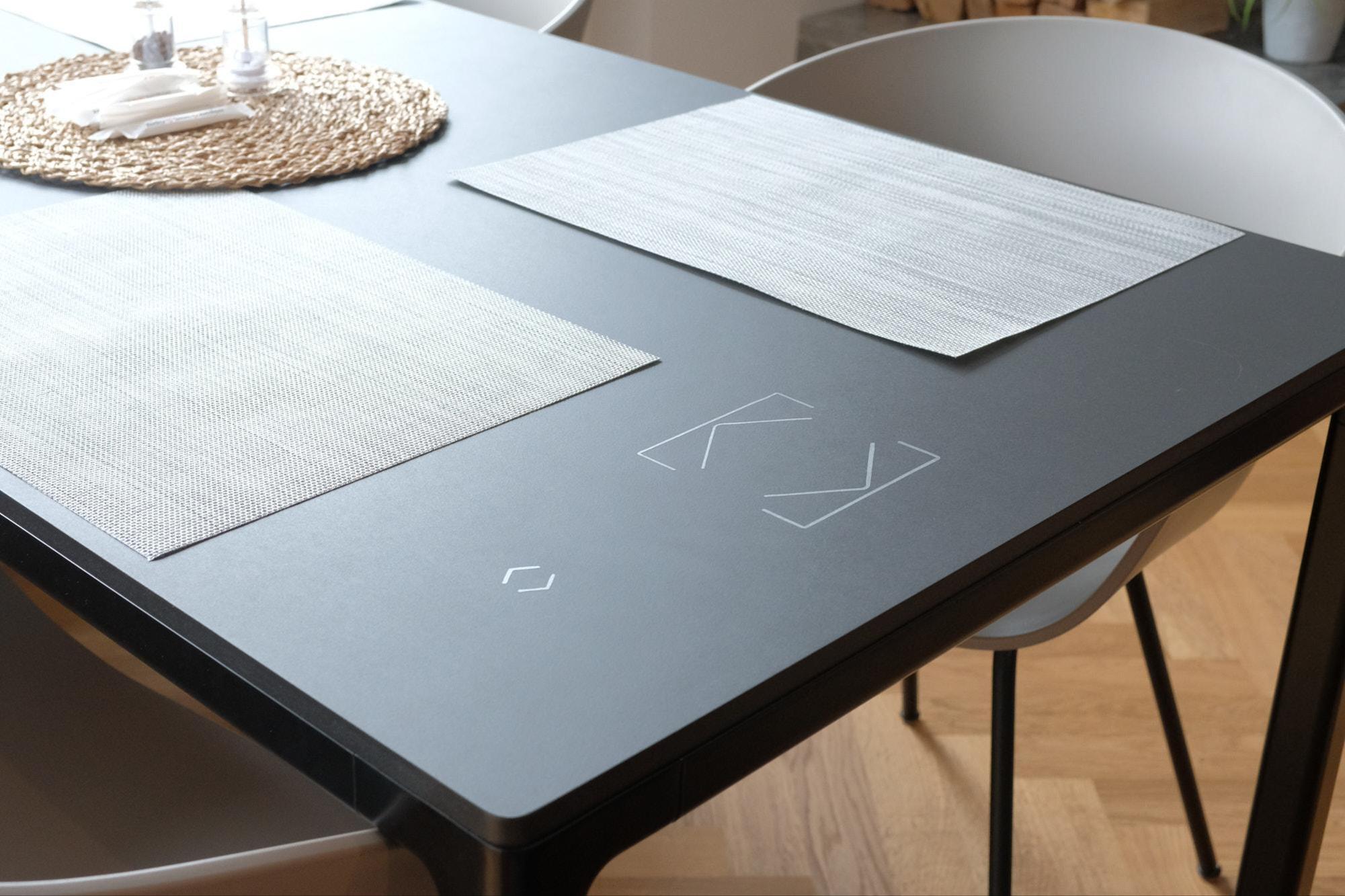 Petit gadget : il y a un capteur sous le plateau de la table, la Smart Home peut aussi être contrôlée depuis cet endroit comme par magie. Seul le marquage du capteur est fixé au plateau. Jan Graber
