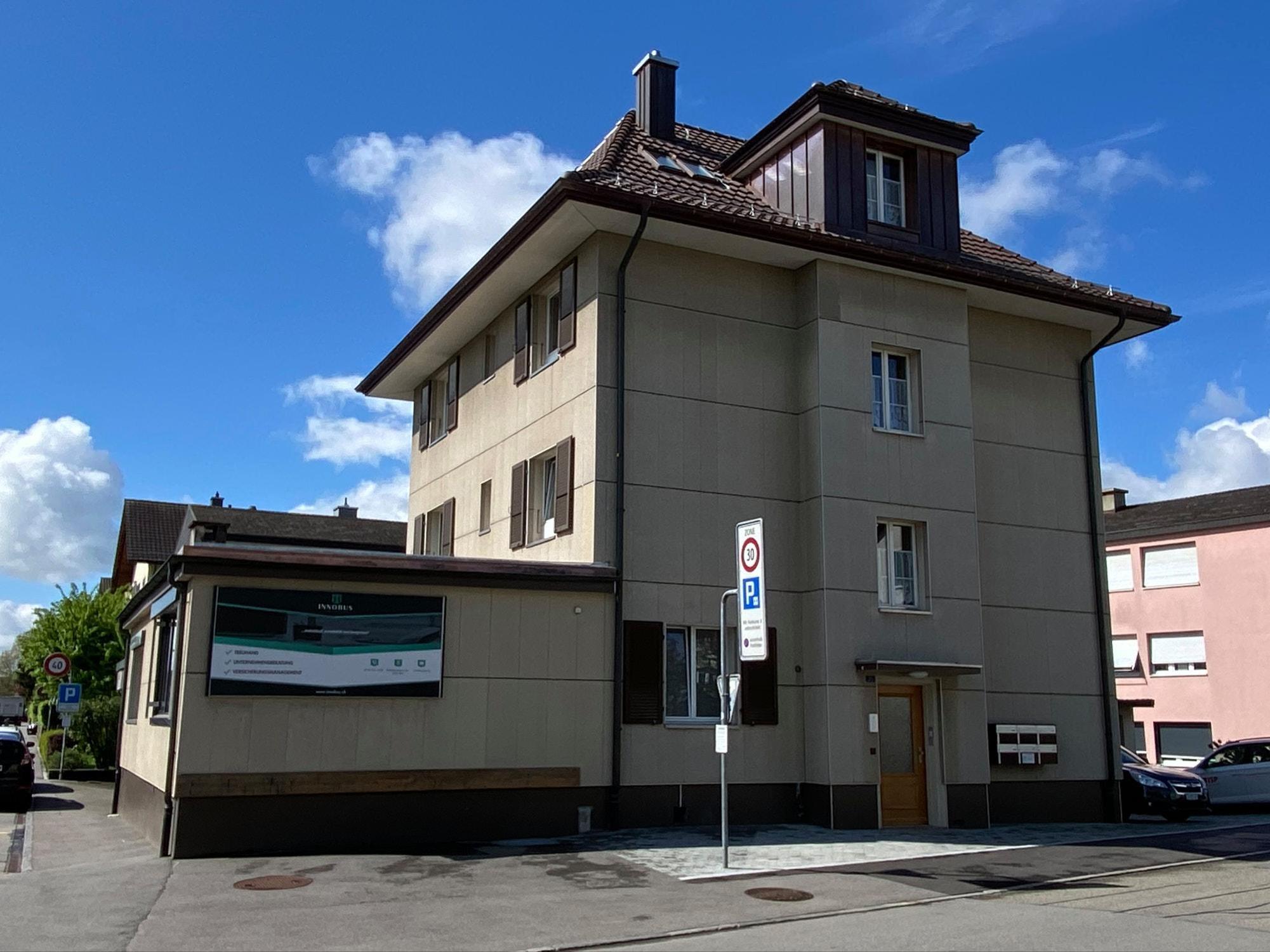 Vieille et discrète à l'extérieur, ultramoderne à l'intérieur : cette façade d'Ostermundigen dissimule une maison intelligente entièrement équipée. zVg
