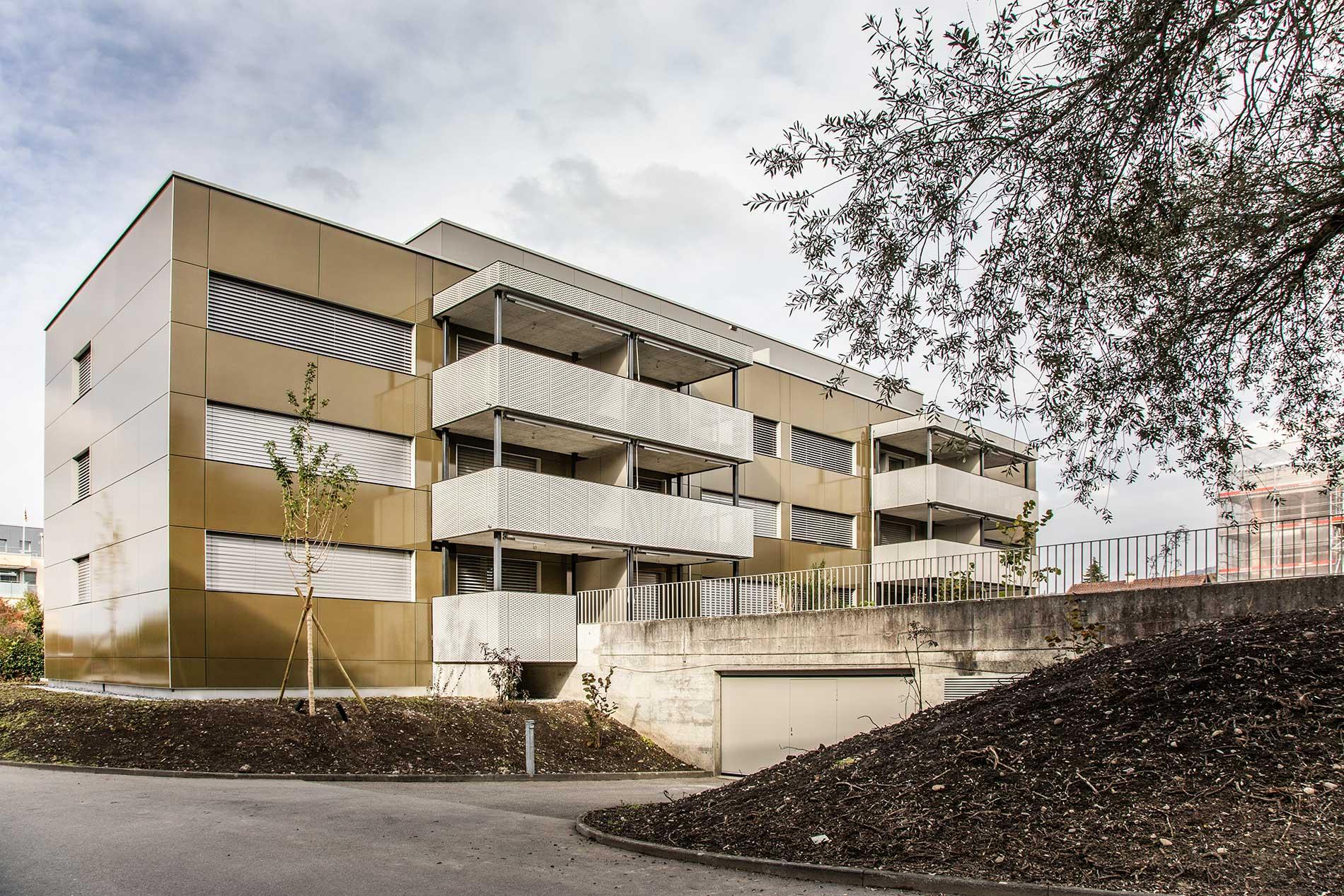 Les façades des trois bâtiments à énergie positive sont équipées de panneaux photovoltaïques et produisent de l'énergie électrique.