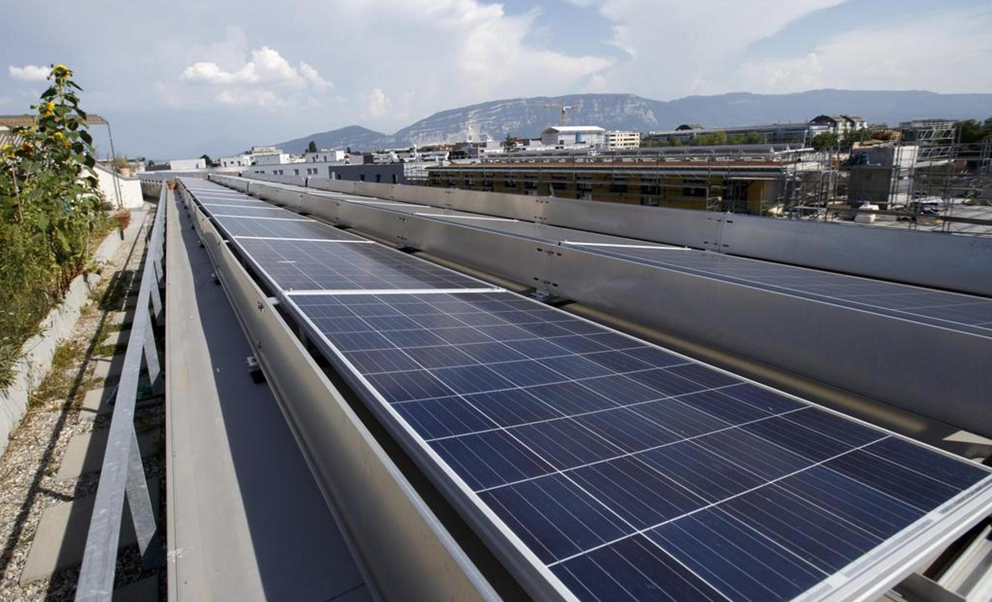 Hat die Schweiz zu wenig Sonneneinstrahlung für gewinnbringende Nutzung von Solarenergie? Nein! Auf die Fläche der Schweiz trifft etwa 200-mal mehr Sonneneinstrahlung, als Energie verbraucht wird. KEYSTONE / Salvatore Di Nolfi