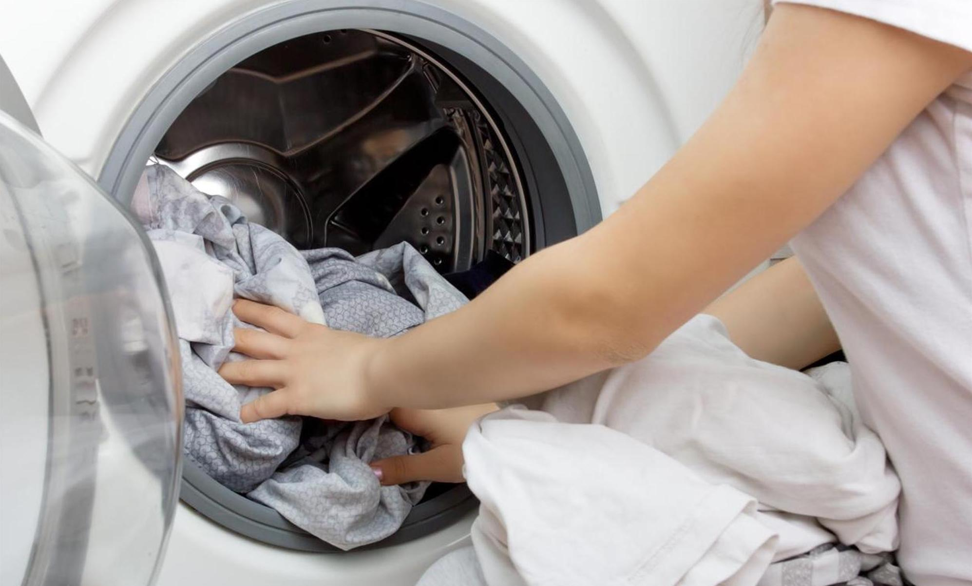 Ist das Öko-Programm – das meist länger dauert als das Standard-Programm – beim Waschen überhaupt energieeffizienter? Ja, durch tiefere Waschtemperaturen kann am meisten Energie gespart werden. iStock / Yana Tikhonova