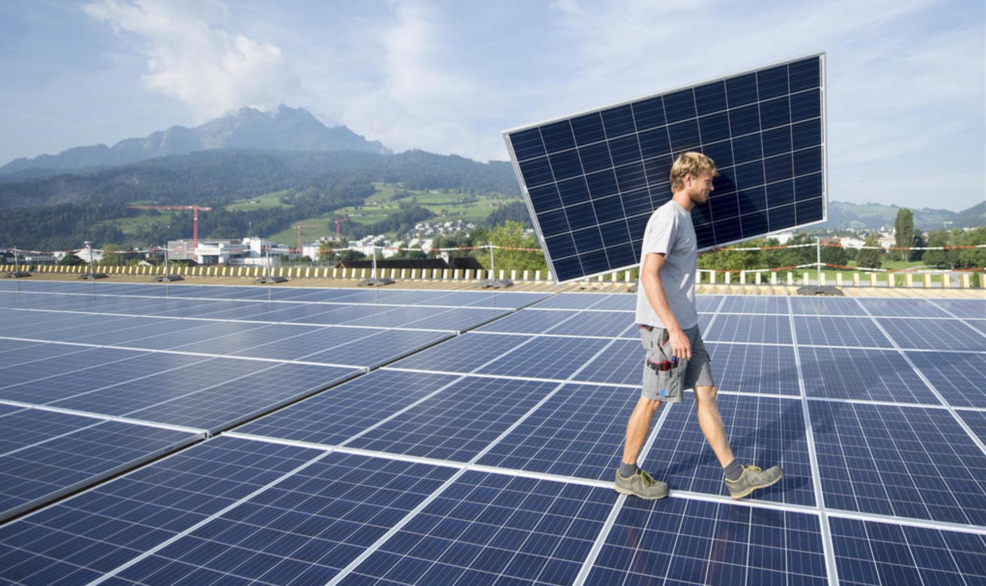 Les systèmes photovoltaïques nécessitent peu d'entretien et les modules solaires sont généralement garantis 25 ans. En règle générale, on calcule des coûts d'exploitation de huit francs par m2 de surface solaire et par an. La plupart des systèmes sont amortis en moins de dix ans. Keystone/U. Flueeler