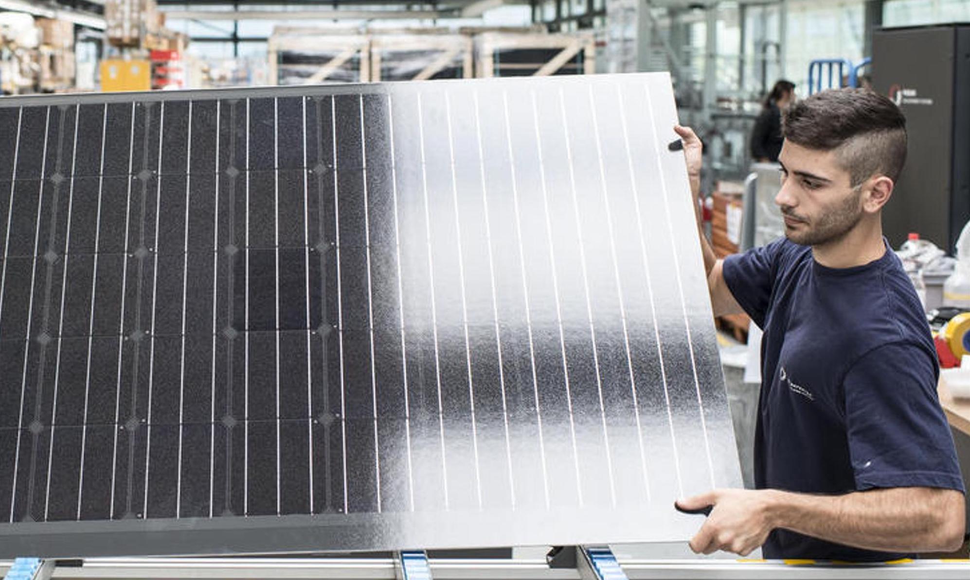 La production des panneaux représente environ 70 % de la demande d'énergie primaire. Cette électricité est principalement nécessaire pour la production de silicium de haute pureté, le sciage des plaquettes de silicium et la production de cellules et de modules. Keystone/Christian Beutler