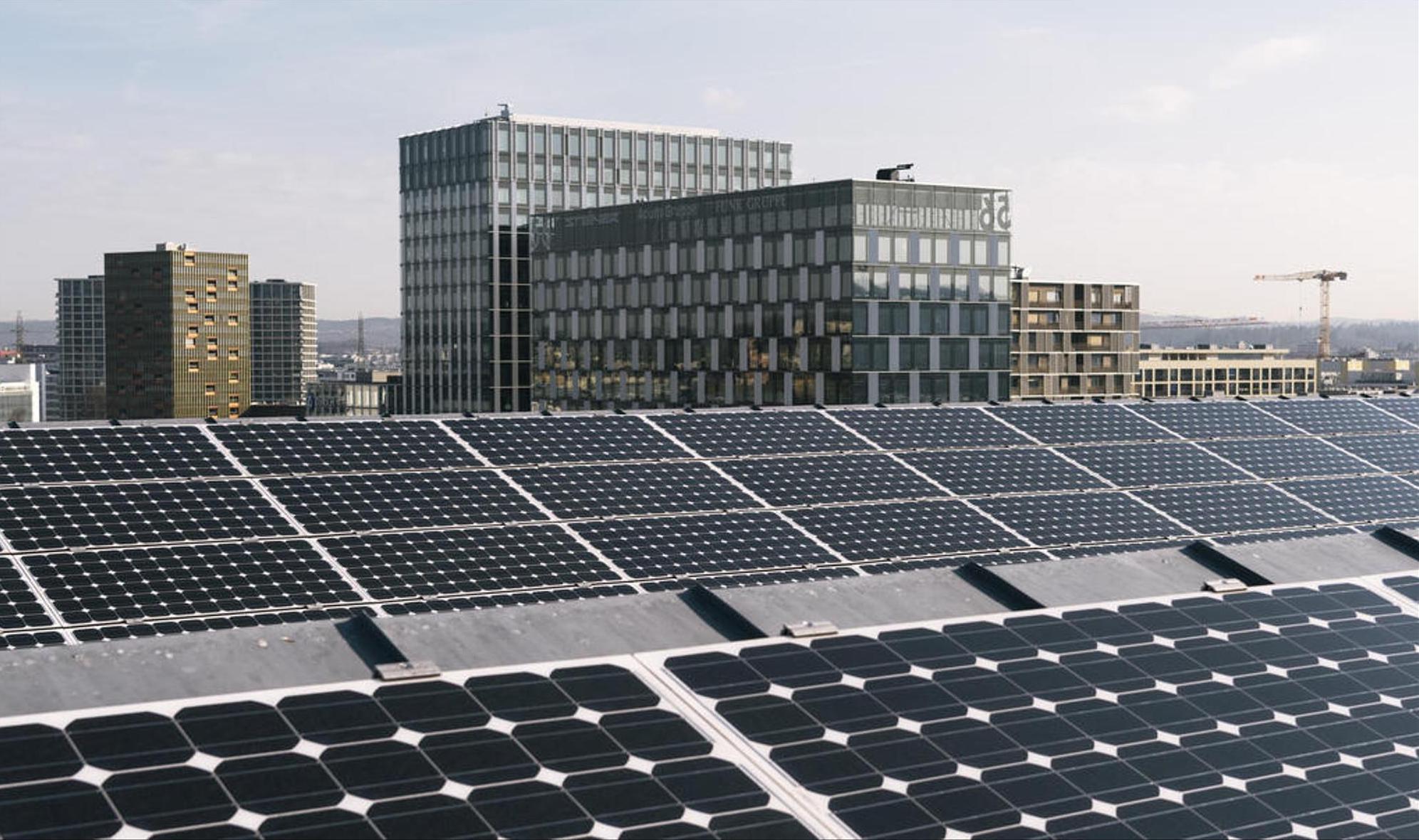 En tant que forme d'énergie renouvelable, l'énergie solaire est nettement plus respectueuse de l'environnement et du climat que les combustibles fossiles. Néanmoins, l'écobilan et le recouvrement des coûts des systèmes photovoltaïques sont encore incertains. Keystone/Christian Beutler