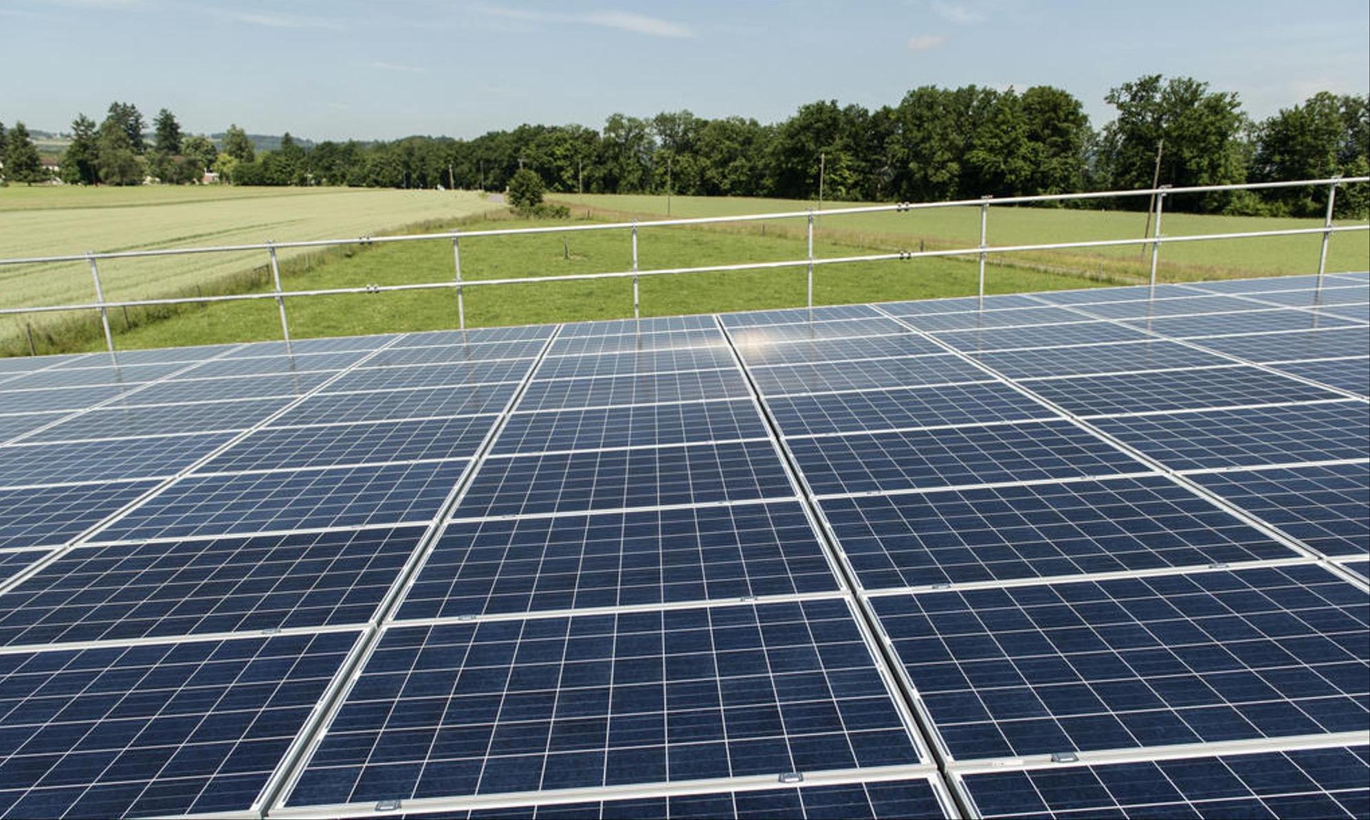 Les coûts de production de l'électricité solaire sont de 13 Rp par kWh. Après déduction des subventions et des économies d'impôts, le coût est de 9,5 centimes par kWh, soit nettement moins que le prix moyen de l'électricité, qui est de 20 centimes par kWh pour les ménages en Suisse.  Keystone/Christian Beutler
