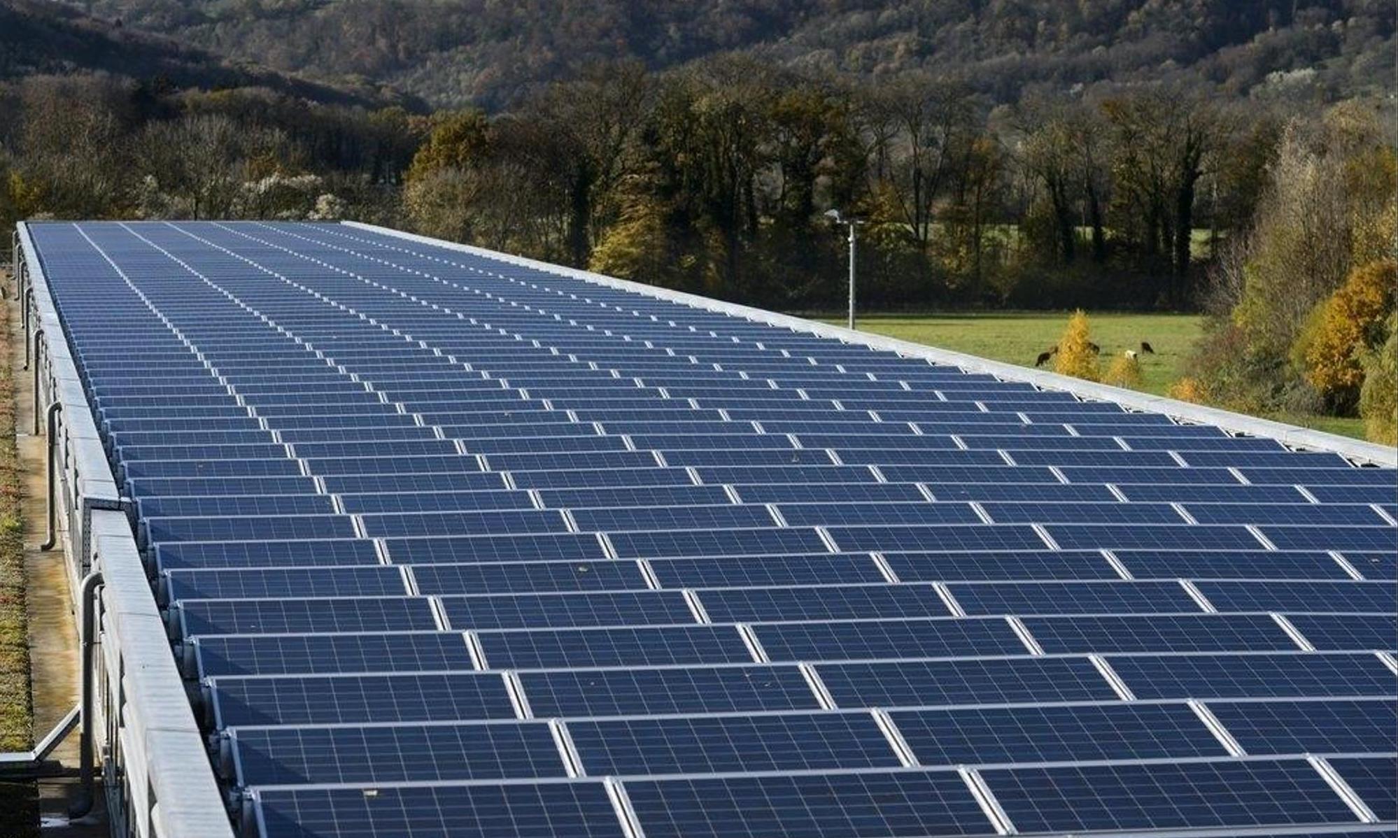 Les installations solaires ne produisent aucune émission polluante pendant leur fonctionnement. Au contraire, l'électricité solaire peut, par exemple, réduire les importations d'électricité nuisibles au climat en provenance de l'étranger et contribuer ainsi à la réduction des émissions. Keystone/Laurent Gillieron