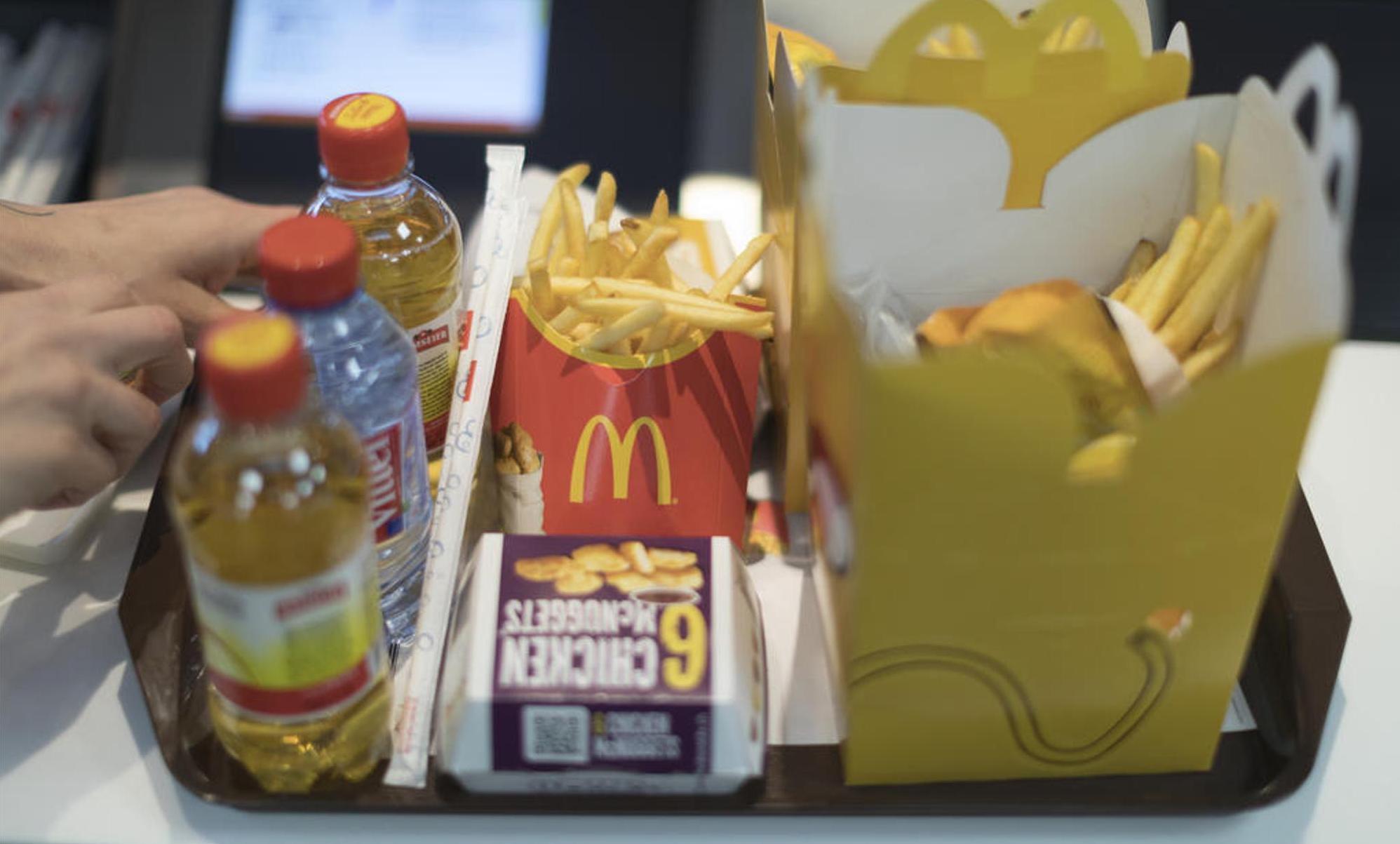 Burger, Chicken Nuggets und Pommes sind praktisch immer einzeln verpackt: Fast Food schadet der Umwelt durch die nach dem Verzehr anfallenden Abfallberge. Zudem enthalten die Menüs meistens Fleisch. Keystone/Gaetan Bally
