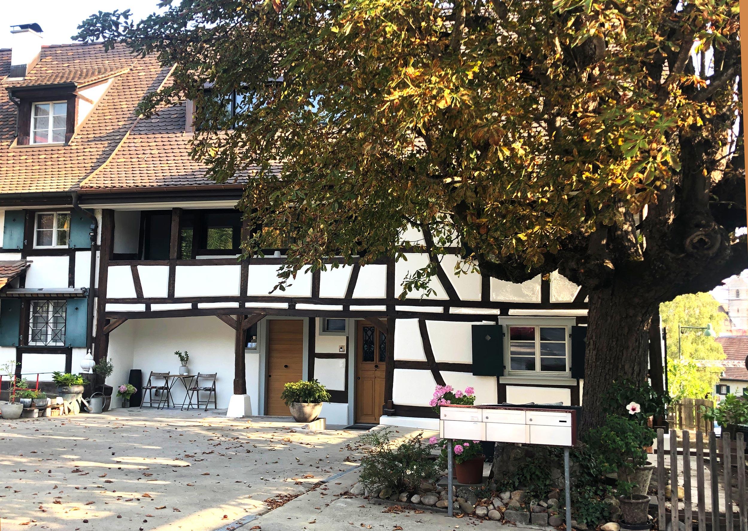 Die bestehende Fassade und typische Erkennungsmerkmale des Fachwerkhauses wurden beibehalten und sanft restauriert.