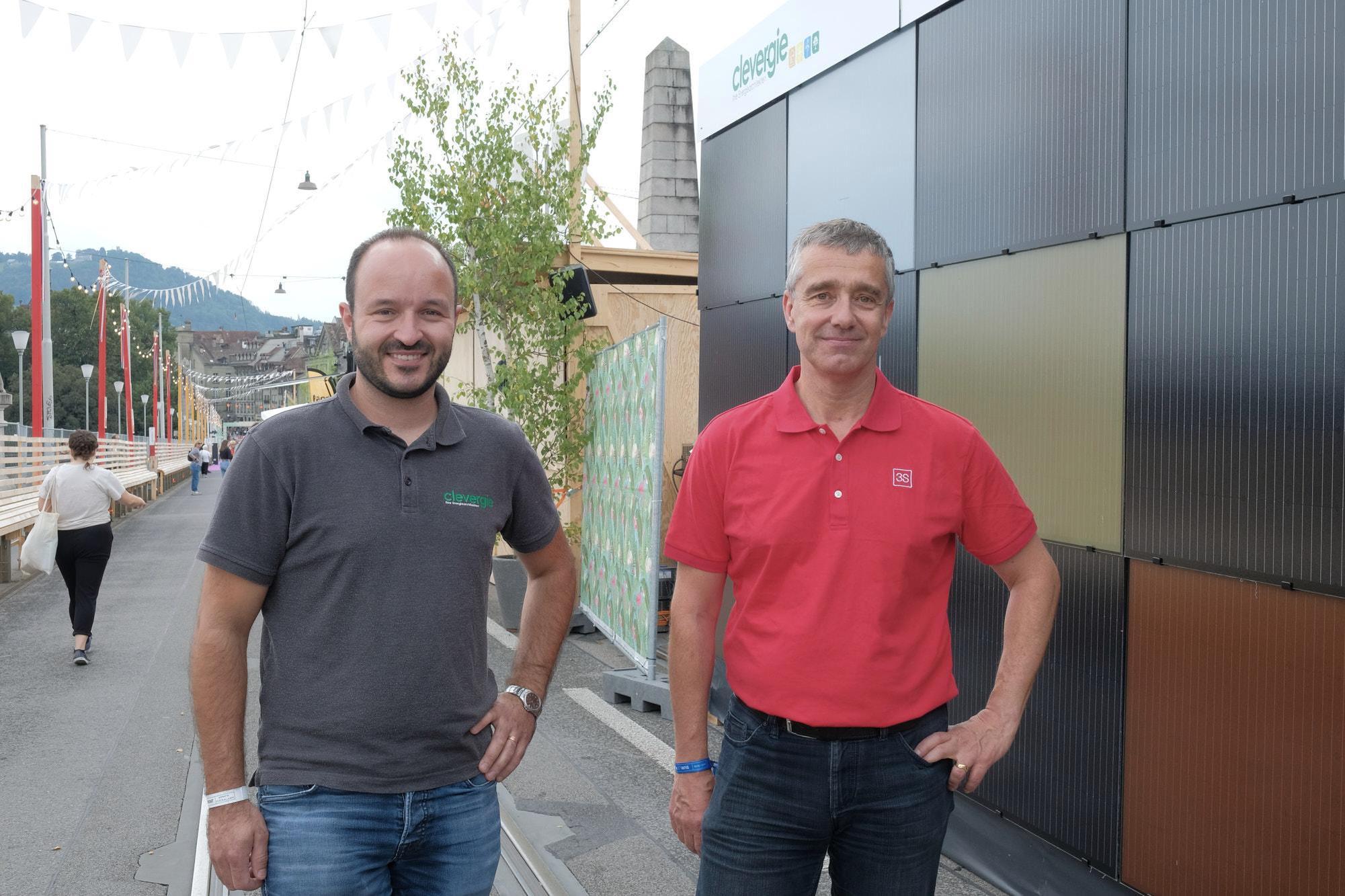 Lukas Meister (à gauche), de Clevergie.ch, et Patrick Hofer-Noser, de 3S Solar Plus SA, ont installé en quelques jours seulement les modules solaires pour le festival «Sur le Pont». Photo: Jan Graber