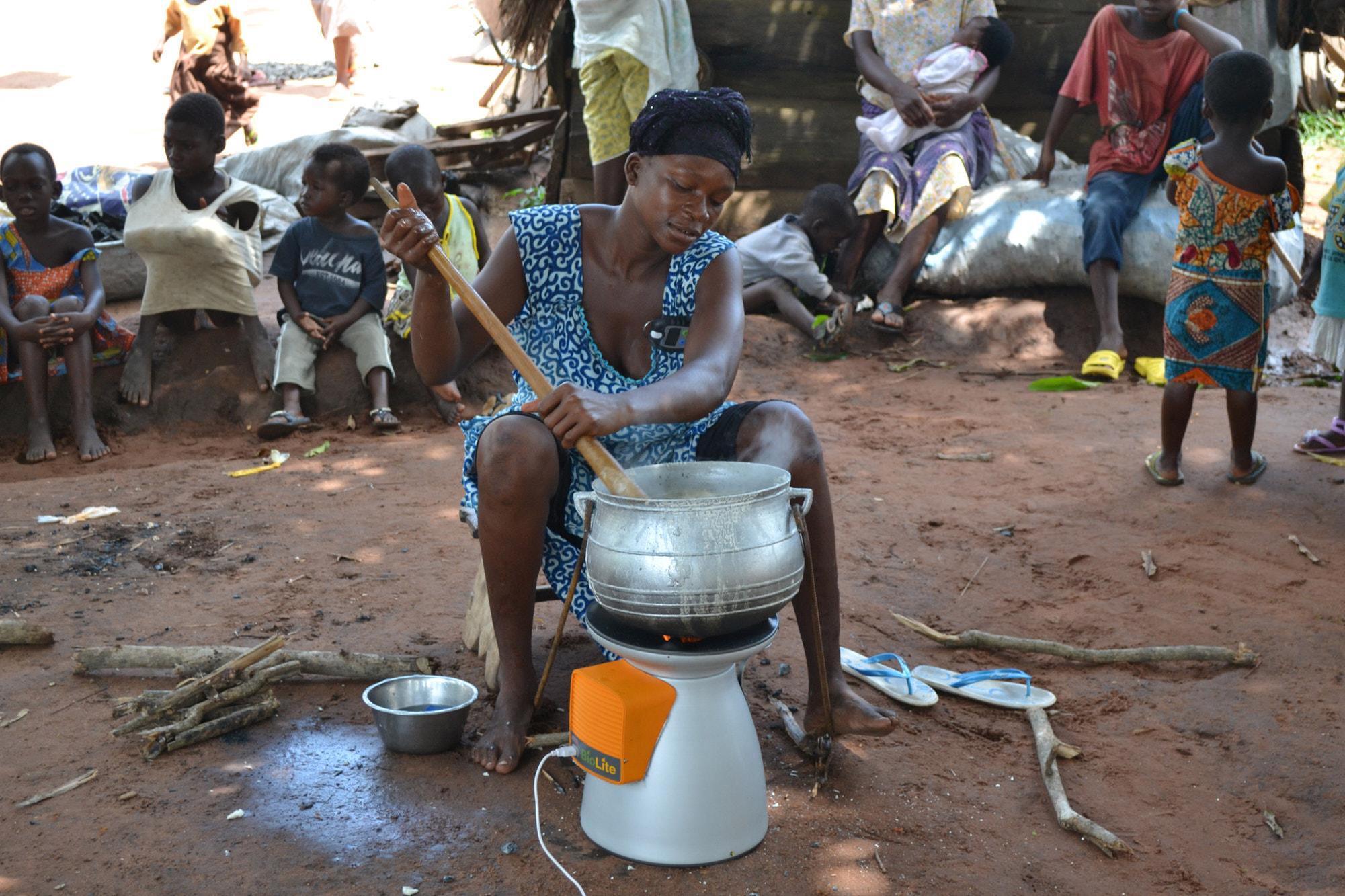 Mit den gesünderen Kochmöglichkeiten schützen die Menschen auch ihre Kinder. Clean Cooking Alliance