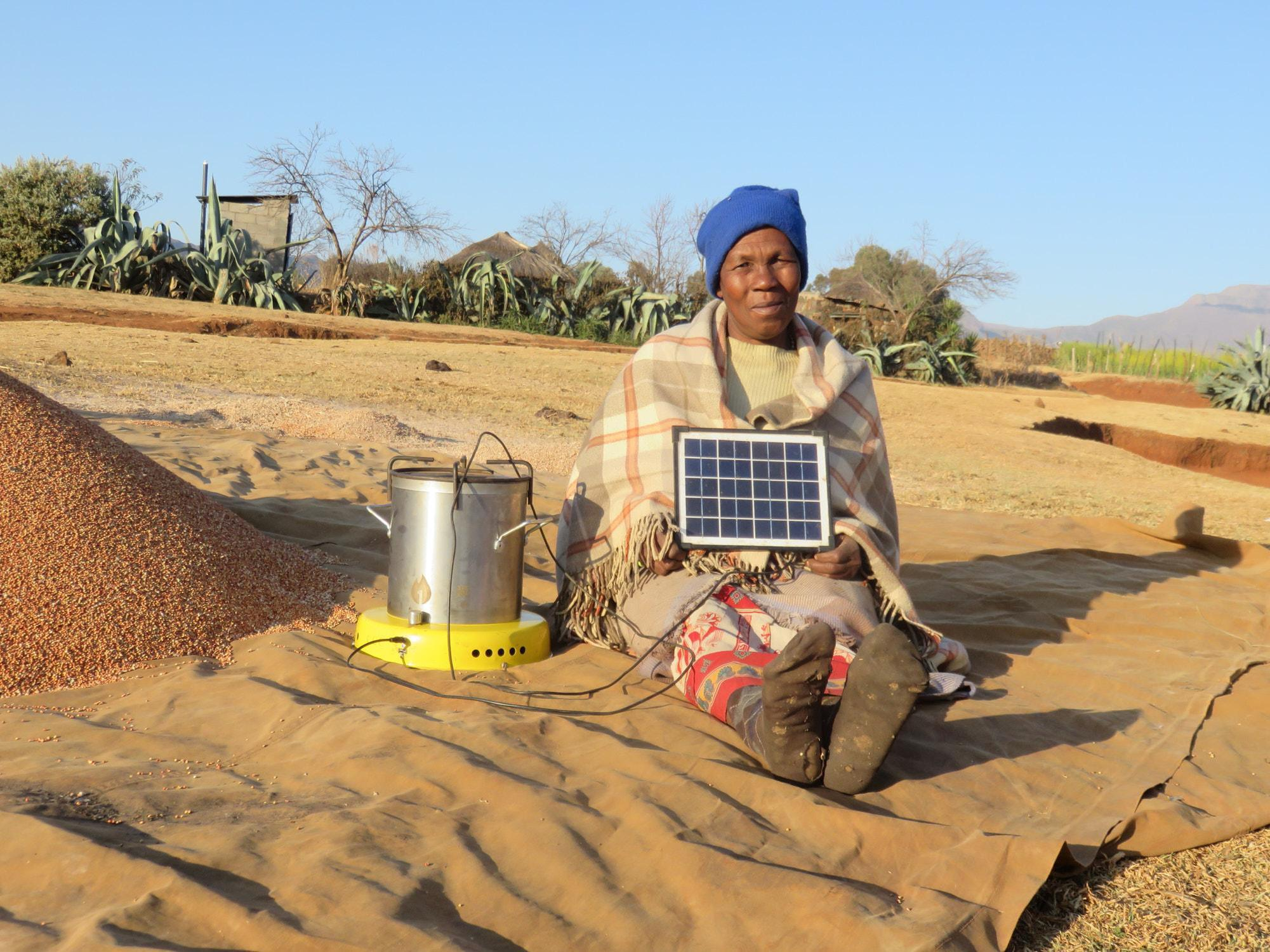 Die Kreditnehmenden erhalten zudem bessere Konditionen, wenn sie gleichzeitig in nachhaltige Technologien, wie zum Beispiel Solarpanele und saubere Kochherde investieren. Clean Cooking Alliance