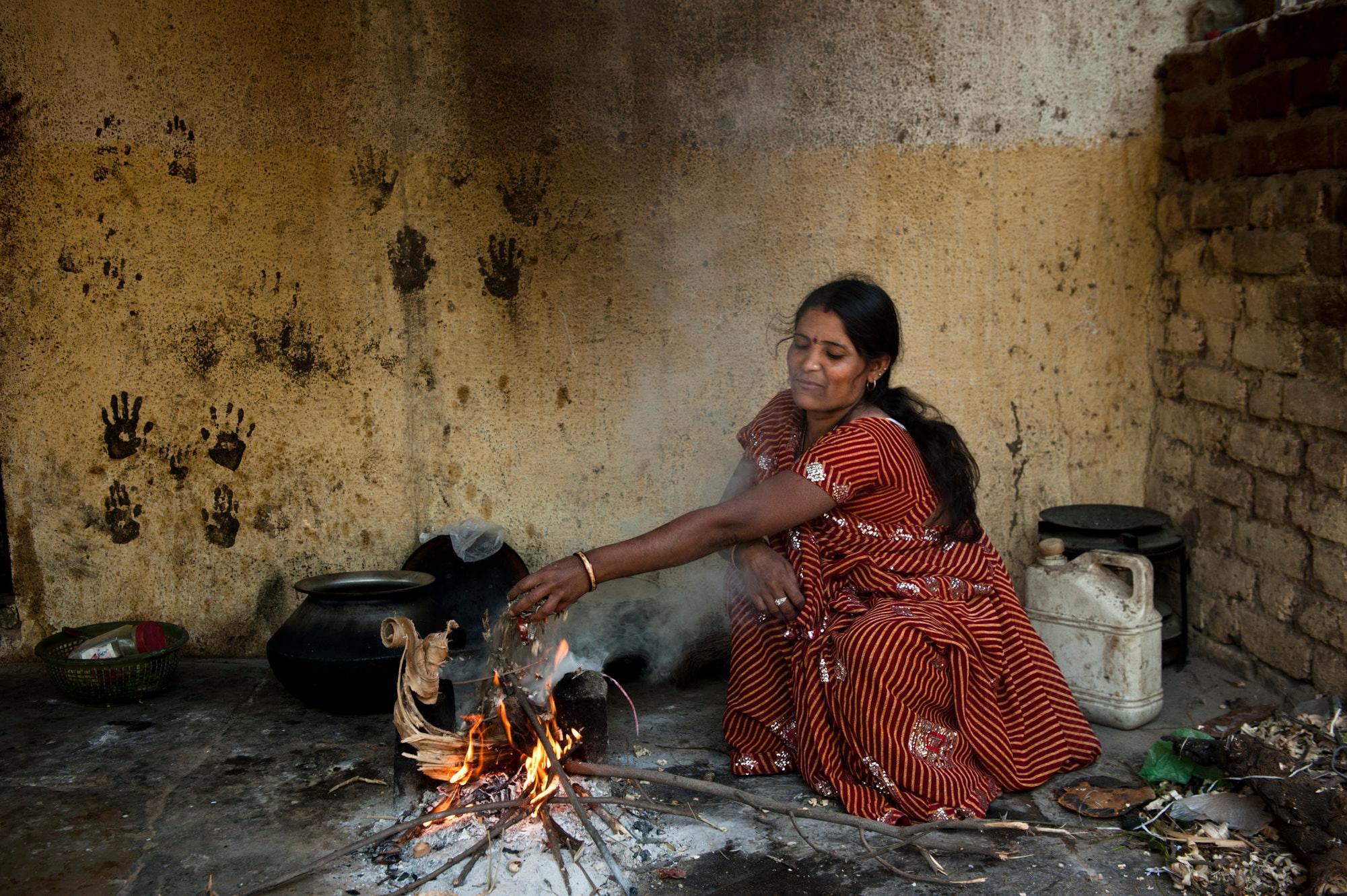 Kochen über offenem Feuer birgt nicht nur grosse gesundheitliche Risiken, … Clean Cooking Alliance
