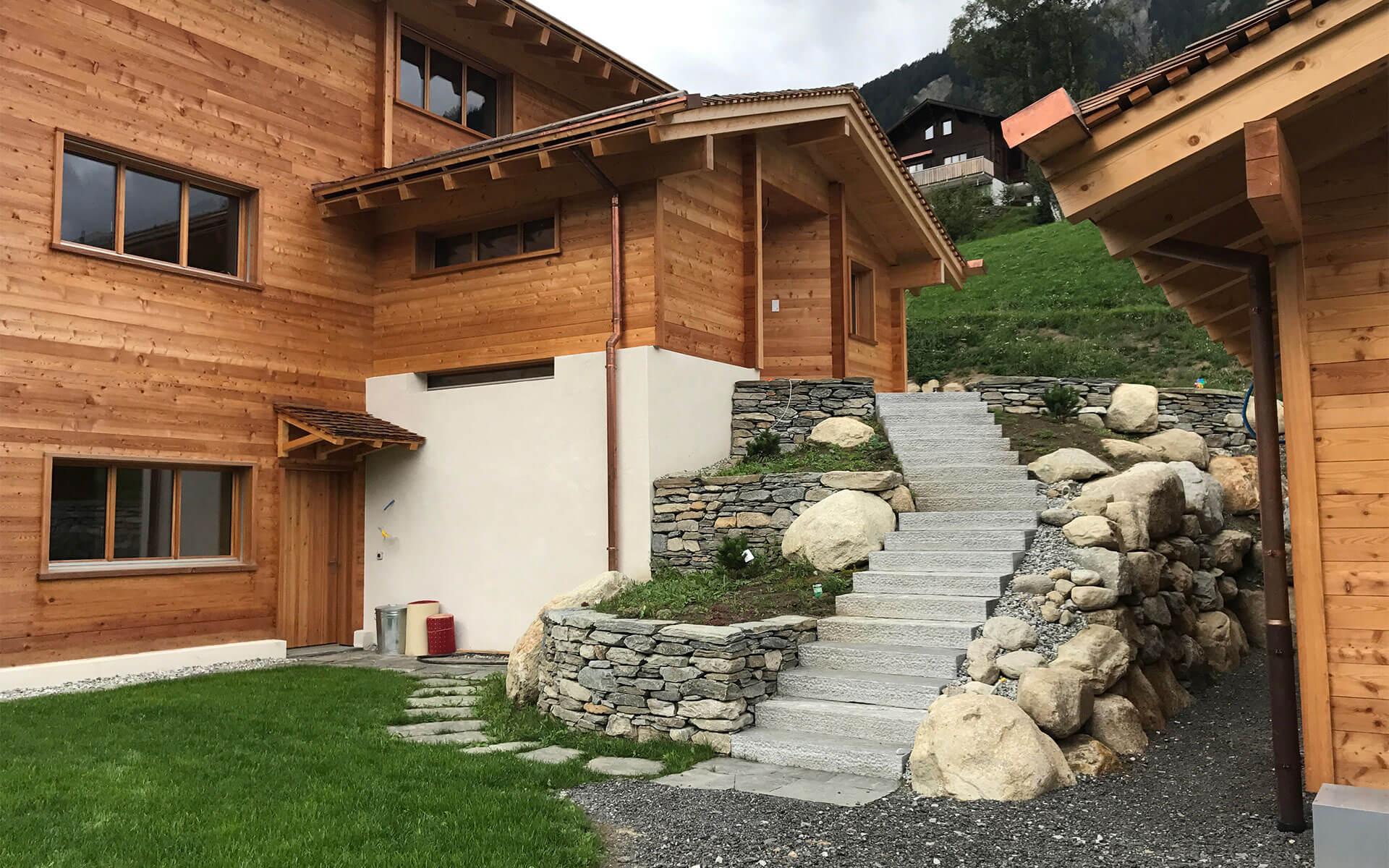 Das Haus besteht aussen aus robustem Lärchenholz – vom Schindeldach über die Fassade bis hin zum Balkon und den Fenstern.