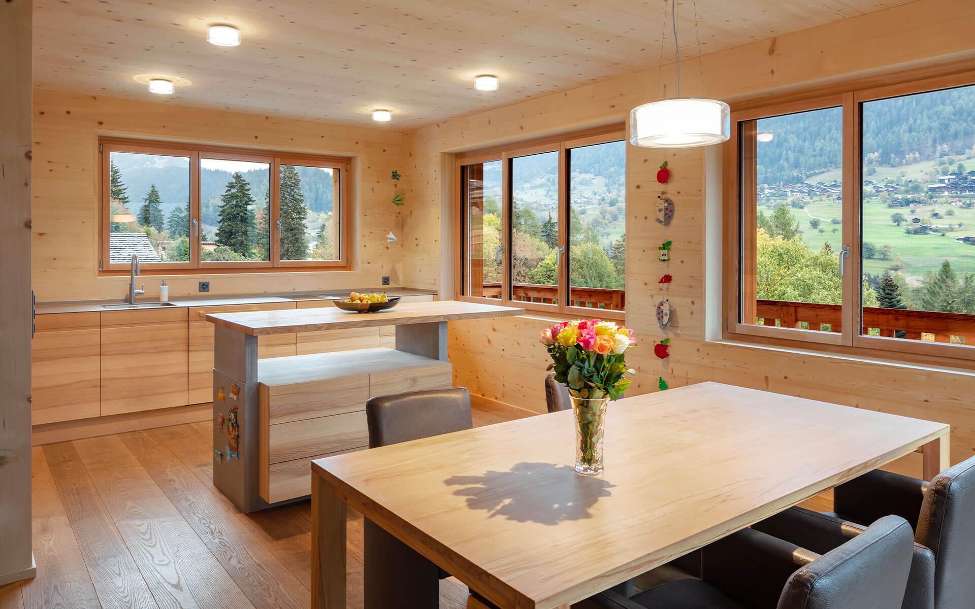 Klare Linien, helle Räume und hohe Decken bringen Leichtigkeit in die Vollholz-Häuser.