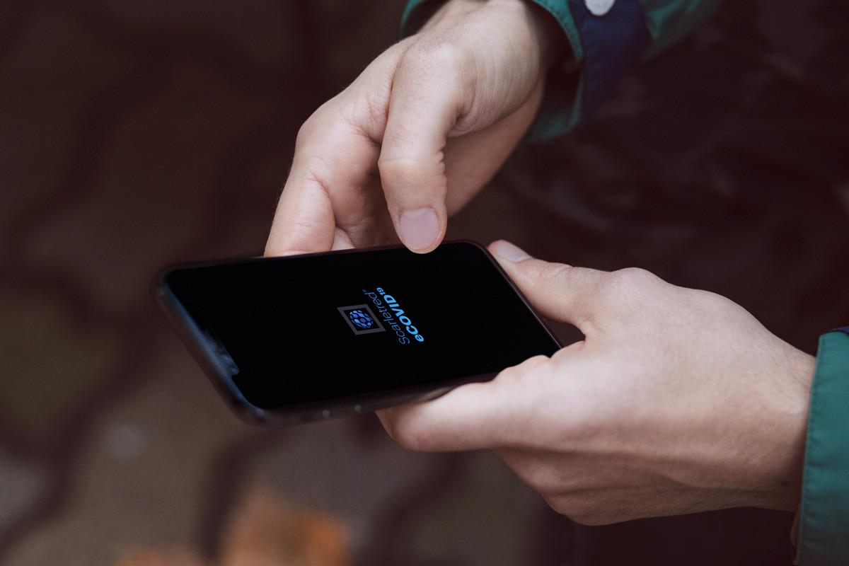 Person using the Scareetred COVID19 telemedicine app