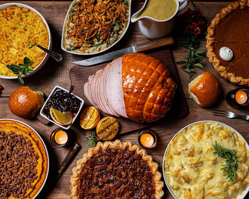 A selection of 11 Thanksgiving prayers to show gratitude and praise God over Thanksgiving.