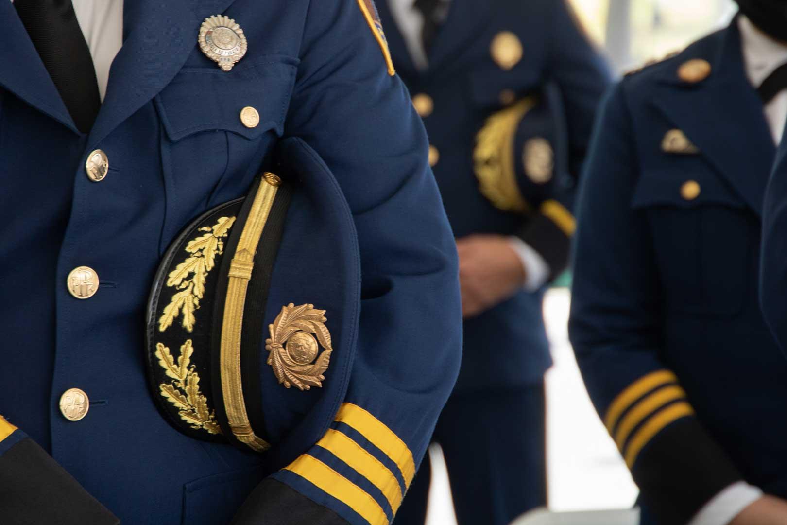 Gobernador Pedro Pierluisi inspeccionando mochilas de emergencia