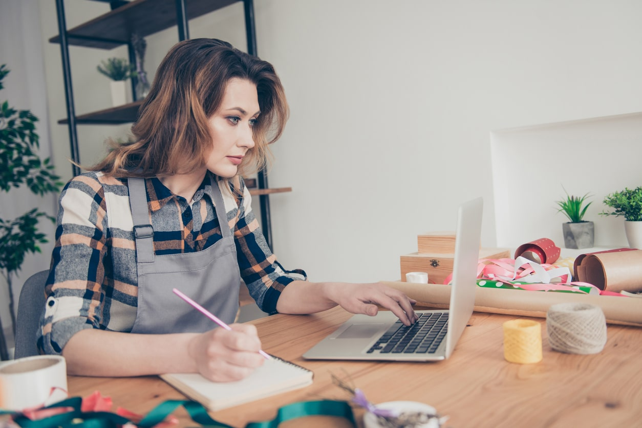 10 steps to successfully simplify your small business accounting - Image of a woman doing her accounts | Crunch