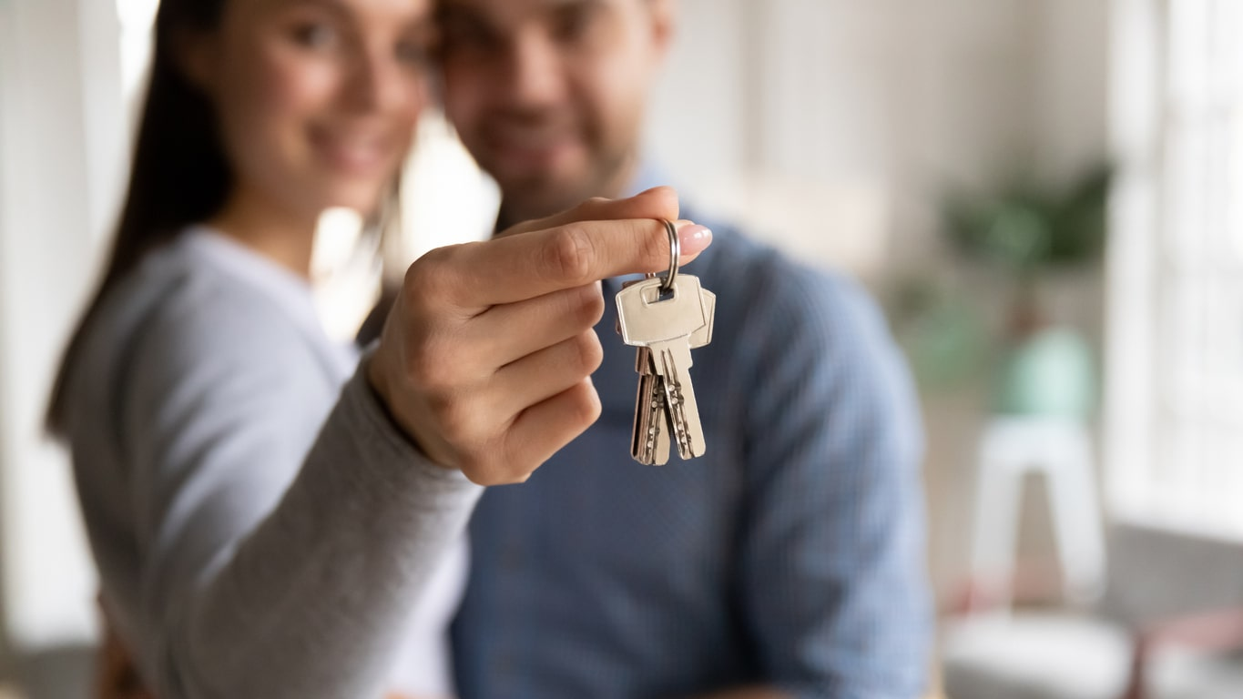 Speak to Crunch Mortgages and get a YES first time!, image of a couple with their house keys | Crunch