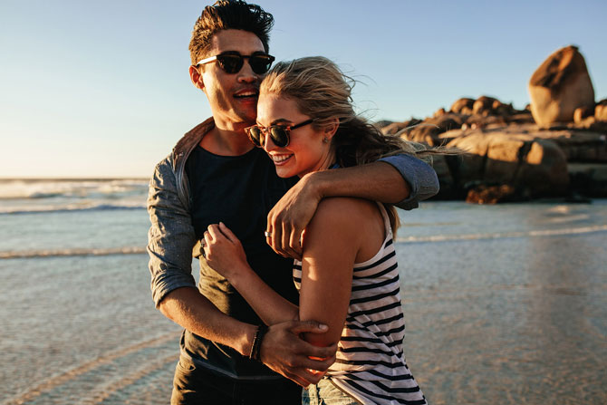 How to calculate holiday pay when staff receive overtime and commission payments, image of couple enjoying holiday