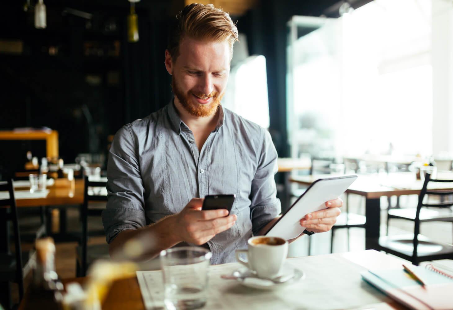 Krögare analyserar data i sin restaurang. Optimerar sin verksamhet.