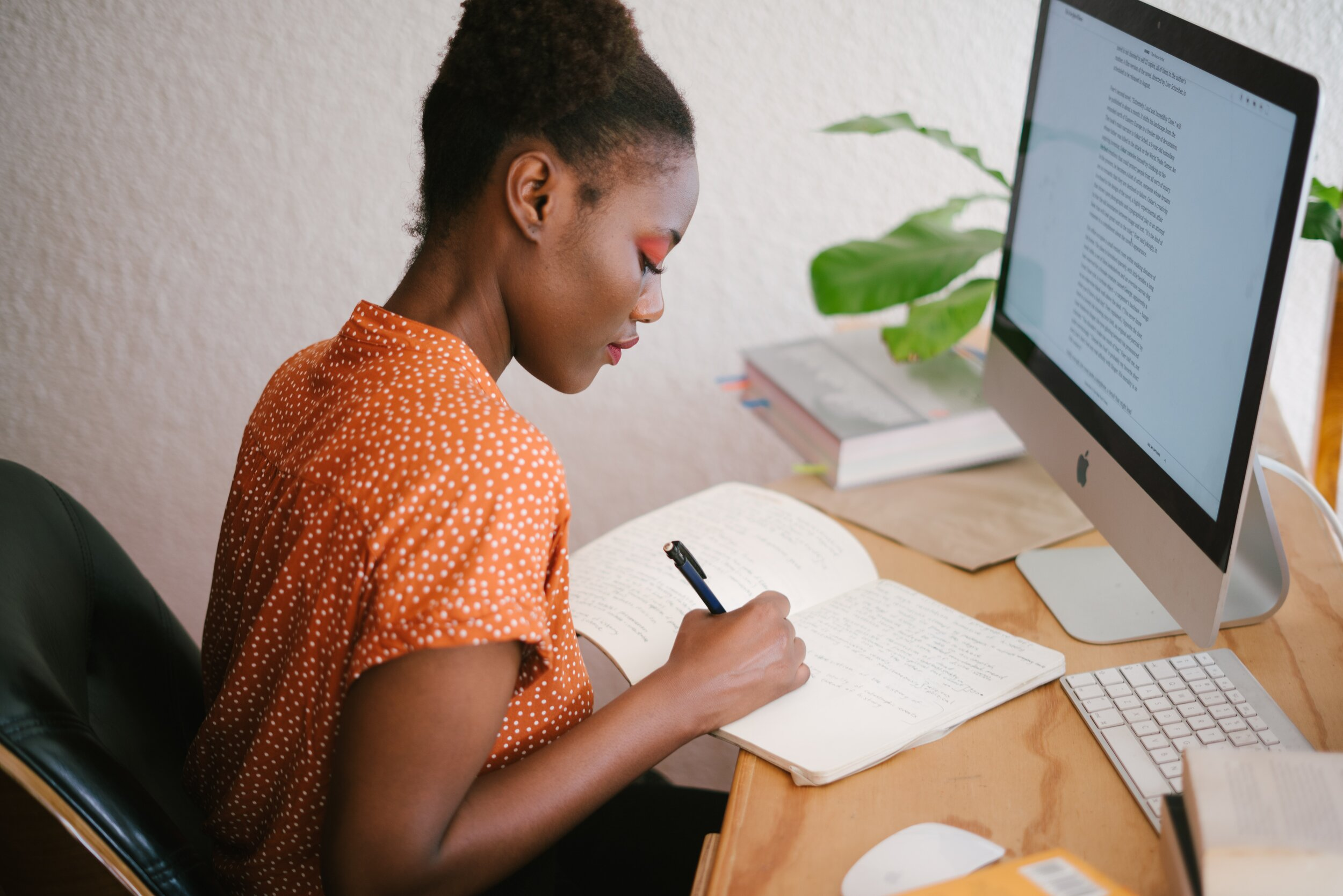 woman-in-front-of-her-computer-3059745.jpg