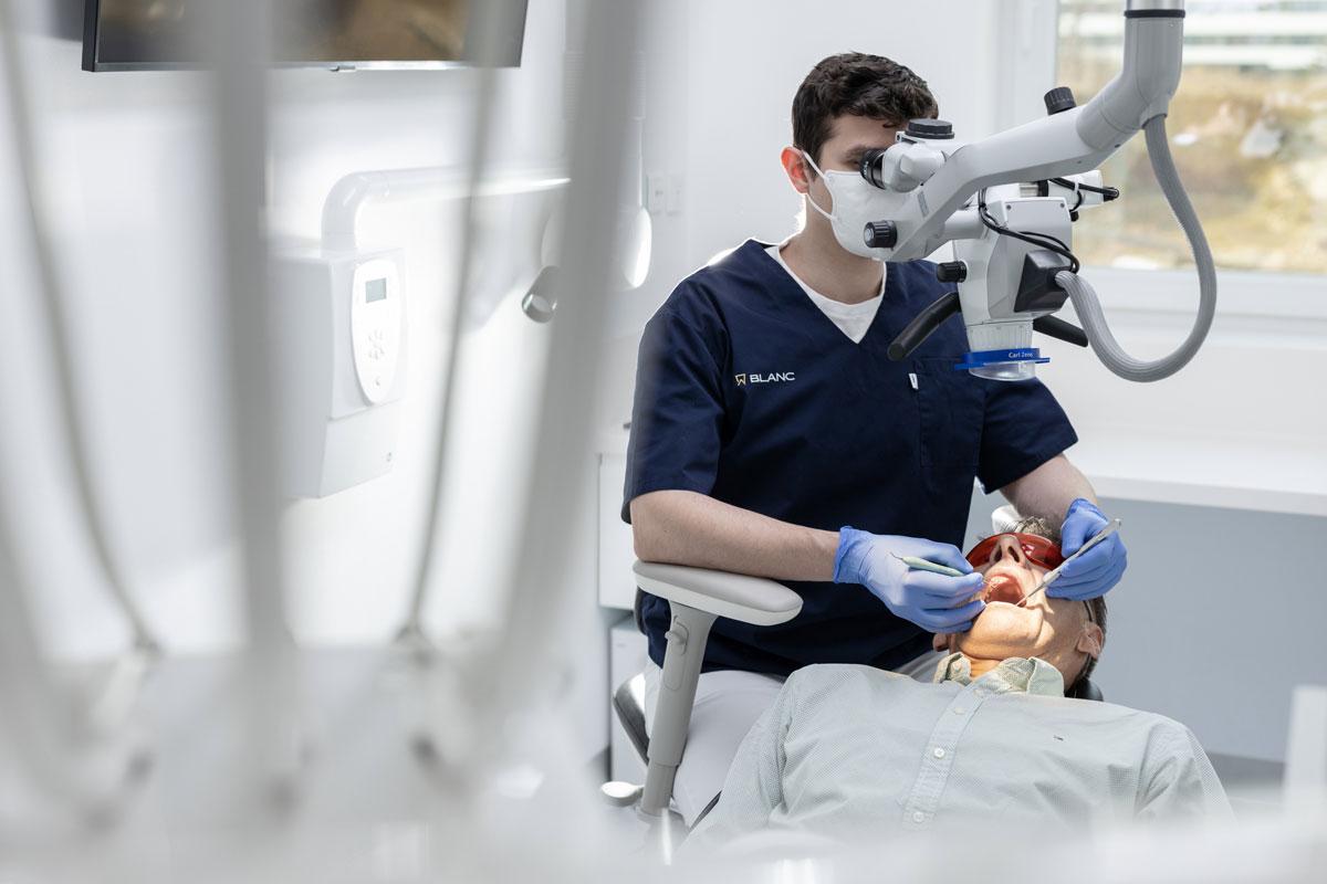Zubár Dírer s mikroskopom