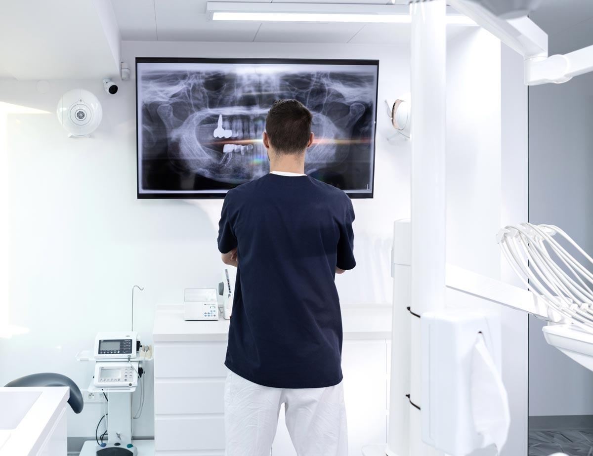 Doktor Štefanatný skúma zubný snímok RTG