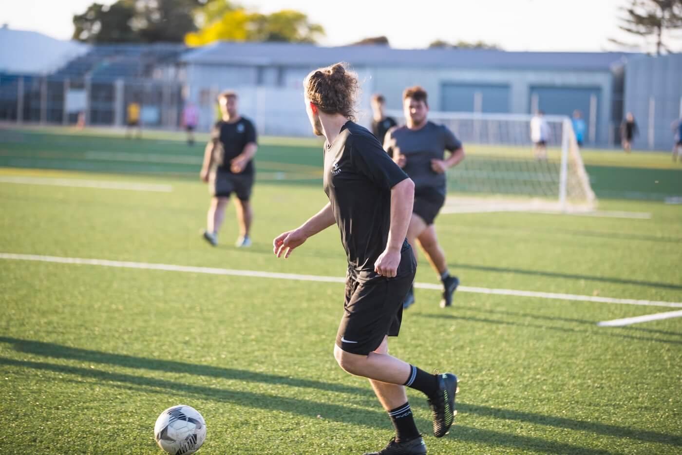 Fußballspieler auf Platz in einem Spiel.