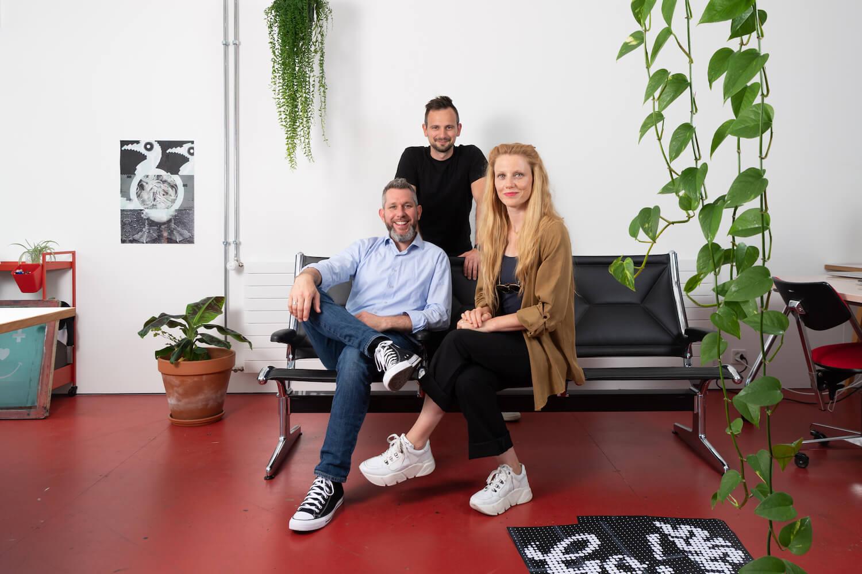 HeadStarterz - Ein Team statt ein Experte. Tobias Steinemann, Noëmi Wüthrich und Philipp Roth im Büro von HeadStarterz.