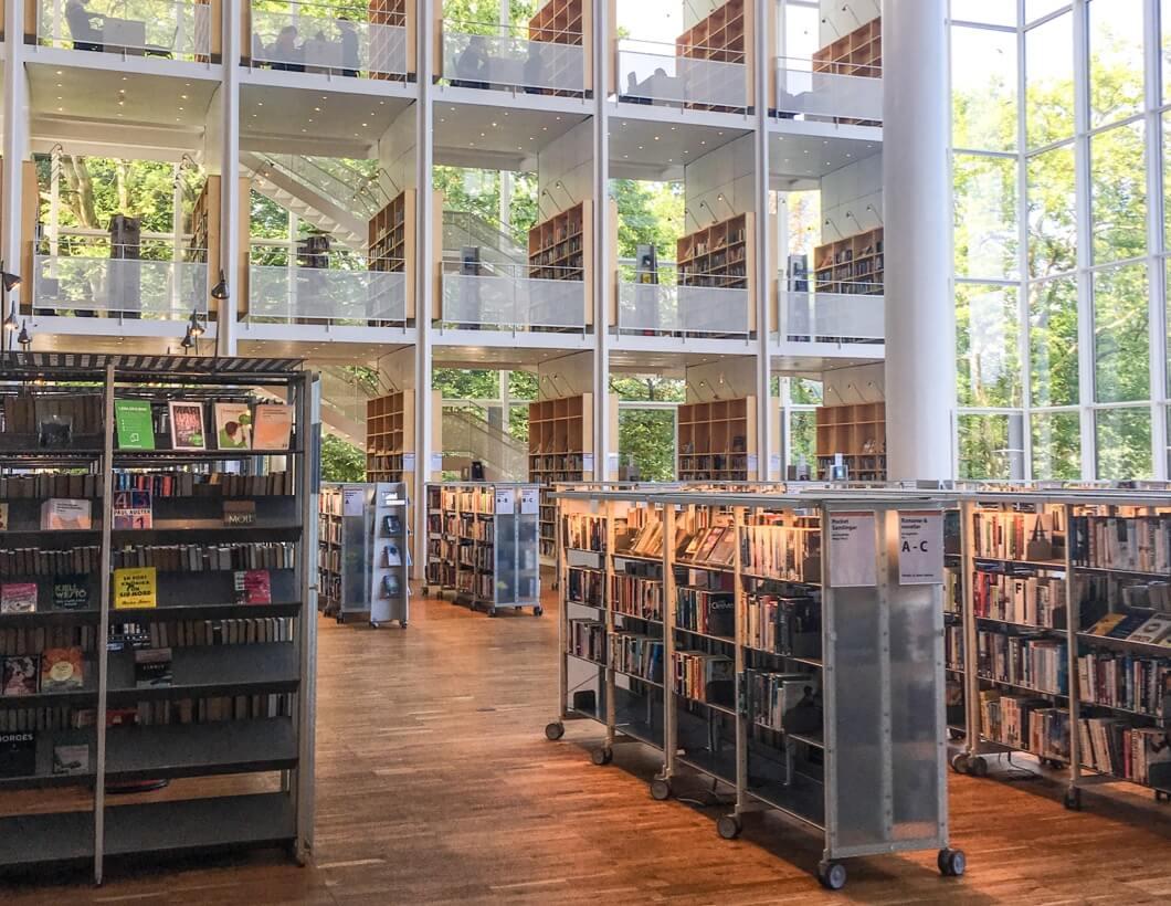 Stuttgarter Bibliothek von innen aufgenommen.
