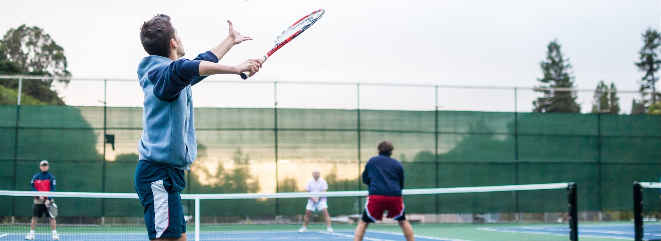Tennisspieler bei Abschlag.