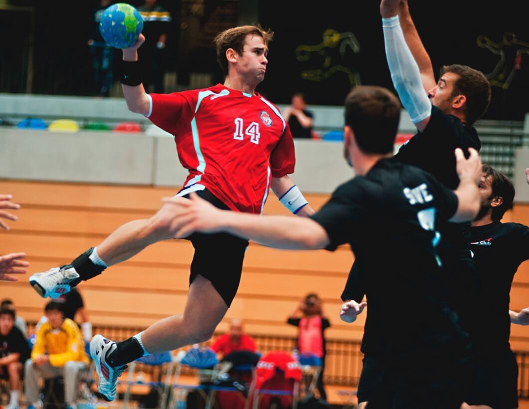 Handballer welcher direkt auf das Tor schießt.