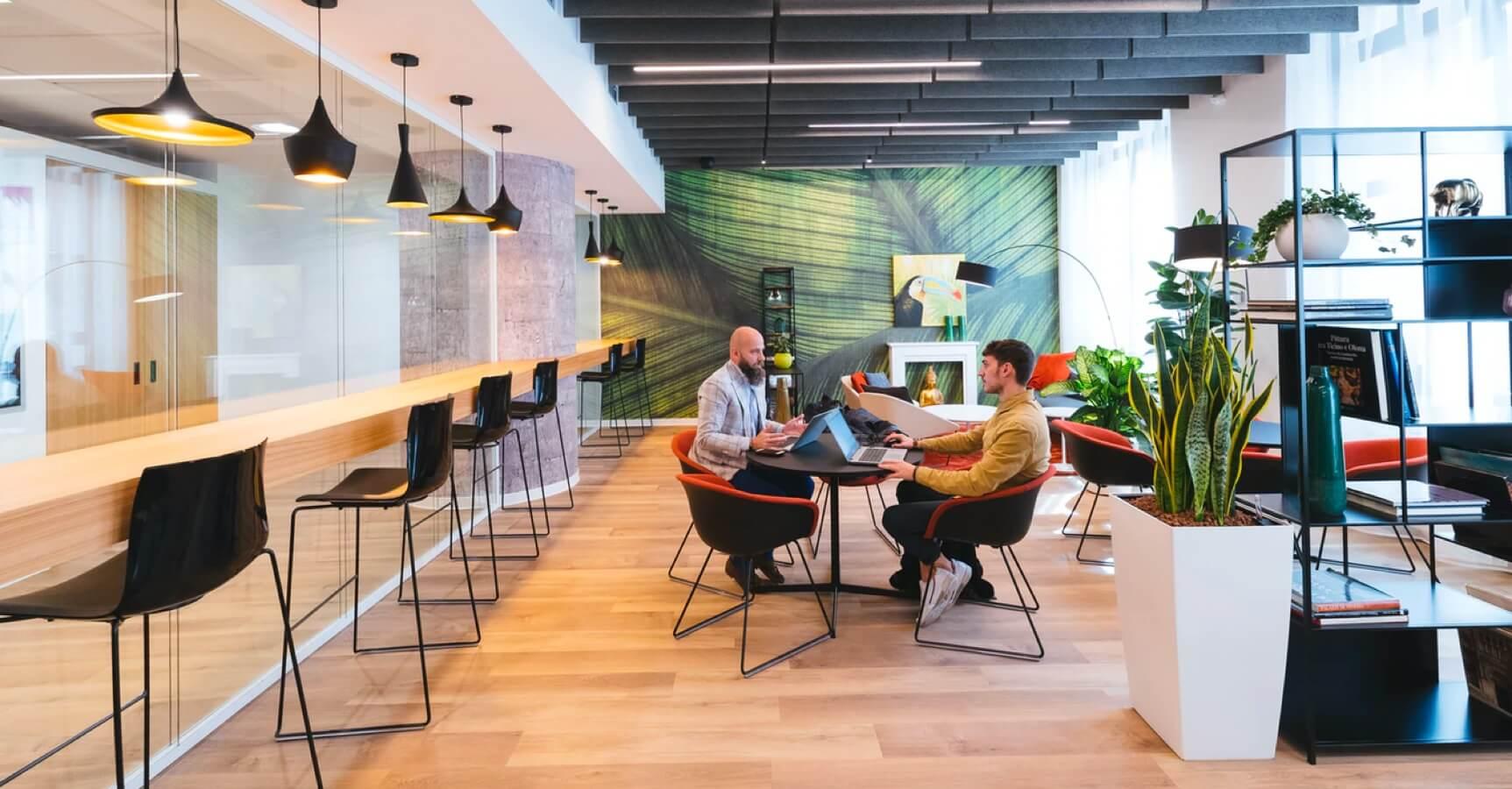 Zwei Personen in einer offenen Meeting Area