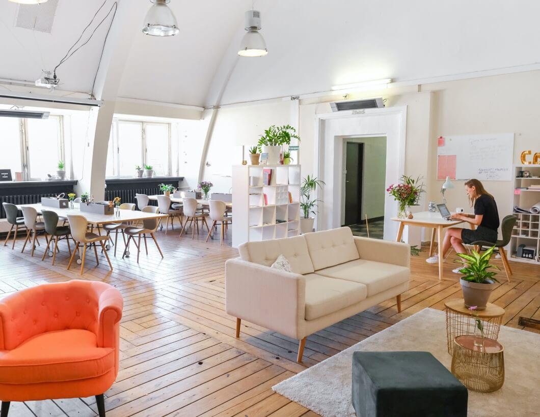 Offener Open Space Bereich in einer Coworking Area.