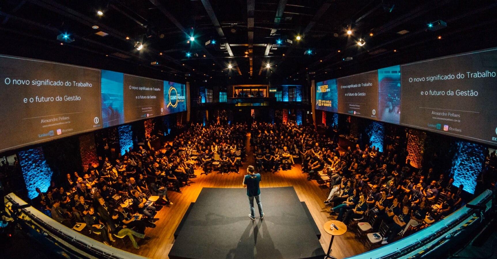 Konferenz mit vielen Menschen.