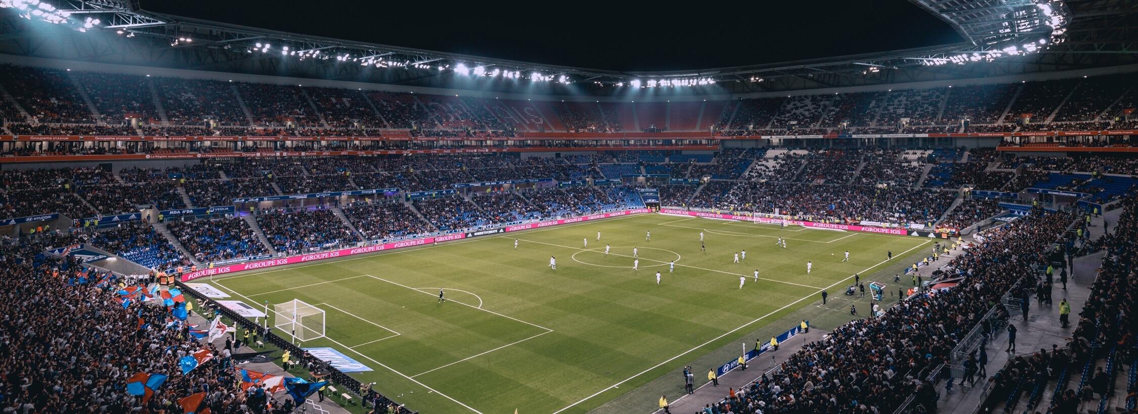 Stadionaufnahme aus der Kurve mit Blick auf das Spielfeld.