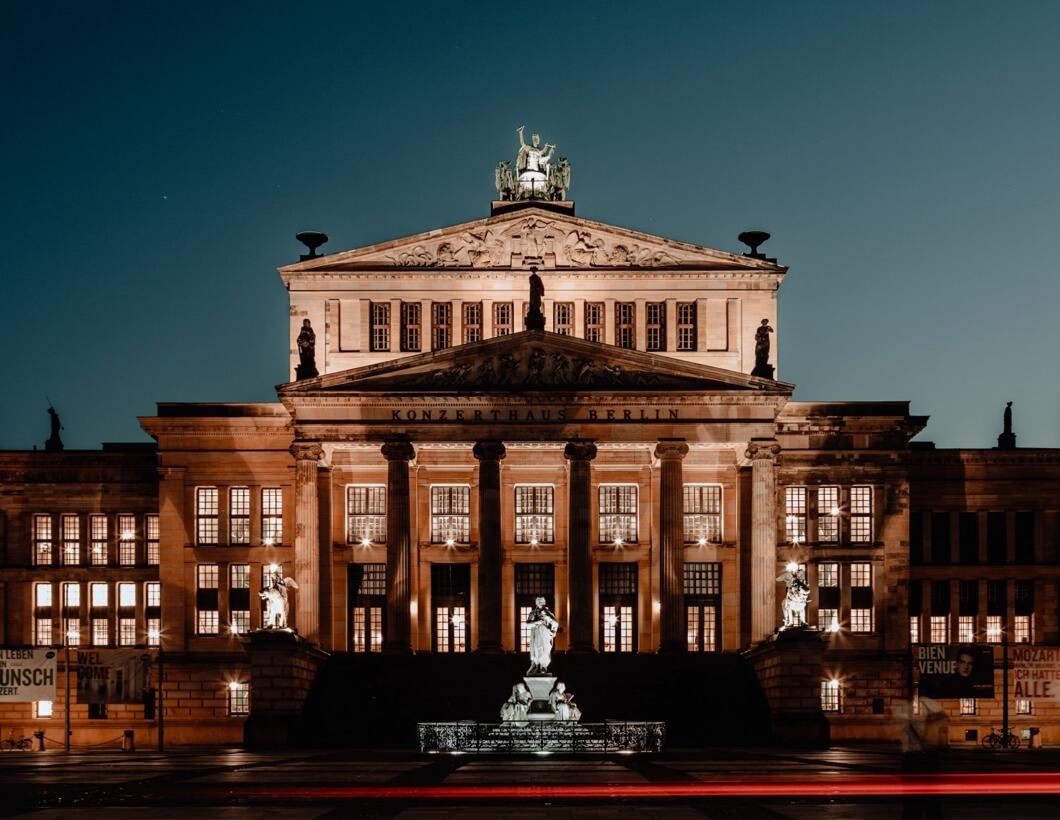 Konzerthaus bei Nacht von außen aufgenommen.