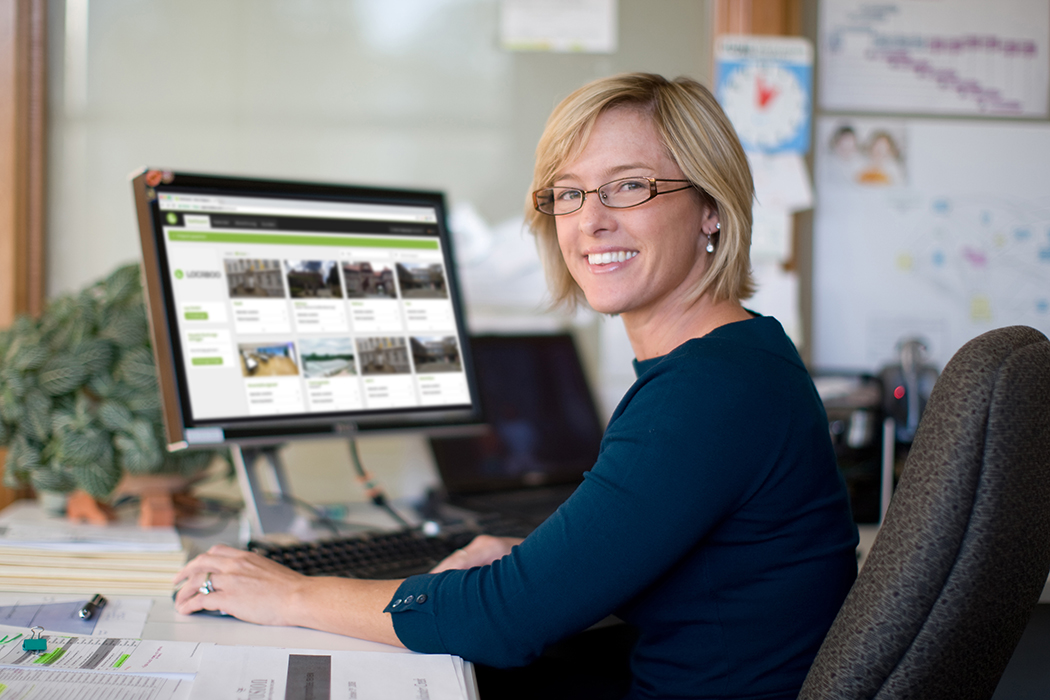 Frau vor PC mit offener Locaboo Plattform.