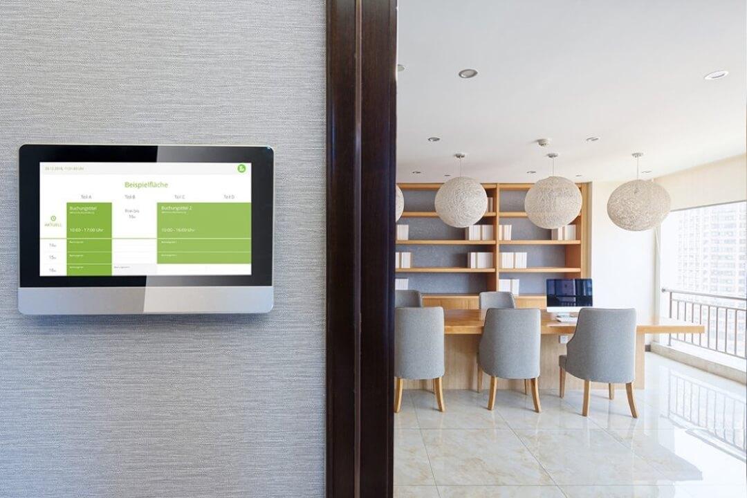 Display auf dem ein Raum mit Locaboo gebucht werden kann.