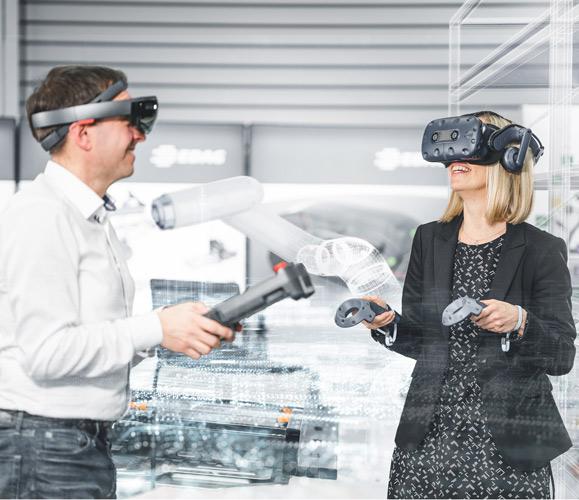 Mann und Frau mit VR Controllers