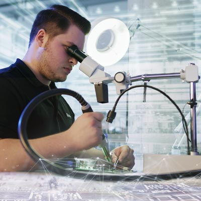 EDAG Embedded Systems: Mann arbeitet an Fahrzeugelement