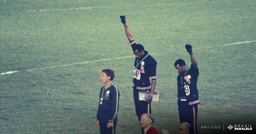 Tommie-Smith-John-Carlos-levantando-os-punhos-nas-olimpiadas-em-apoio-aos-Black-Panthers