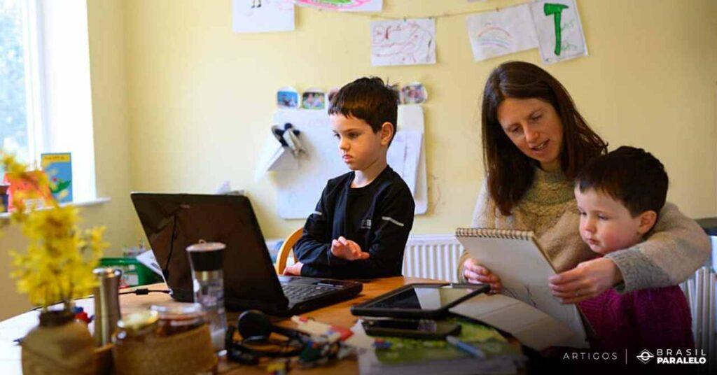 Ensino-domiciliar-com-os-pais-ou-tutores-educando-os-filhos