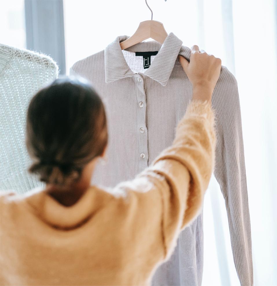 Femme qui tient un habit
