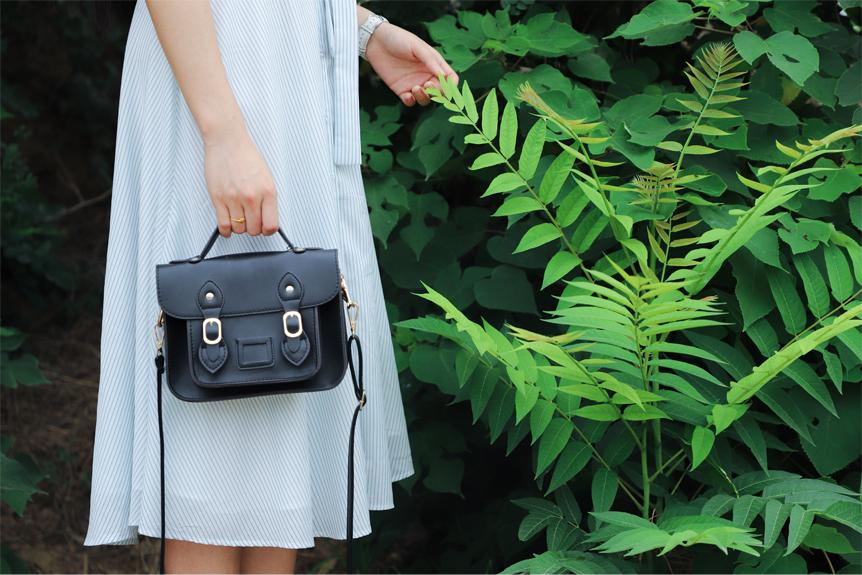 Femme avec un sac à main