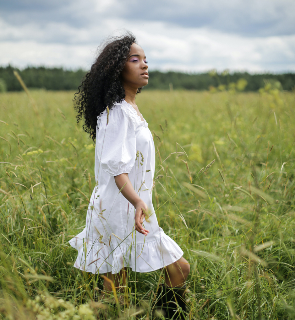 Femme dans un paysage de nature