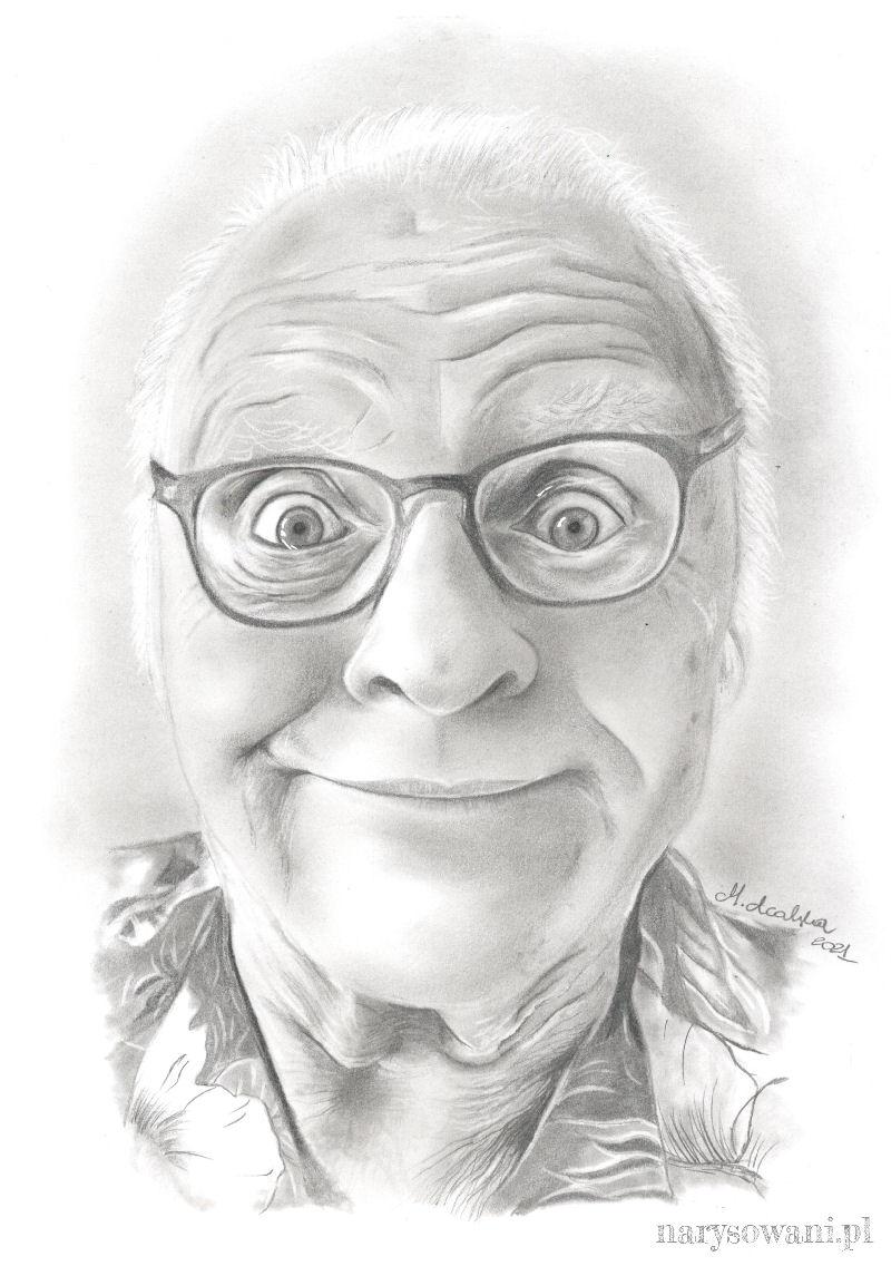 Portret starszego, łysiejącego mężczyzny w okularach i koszuli w kwiaty.