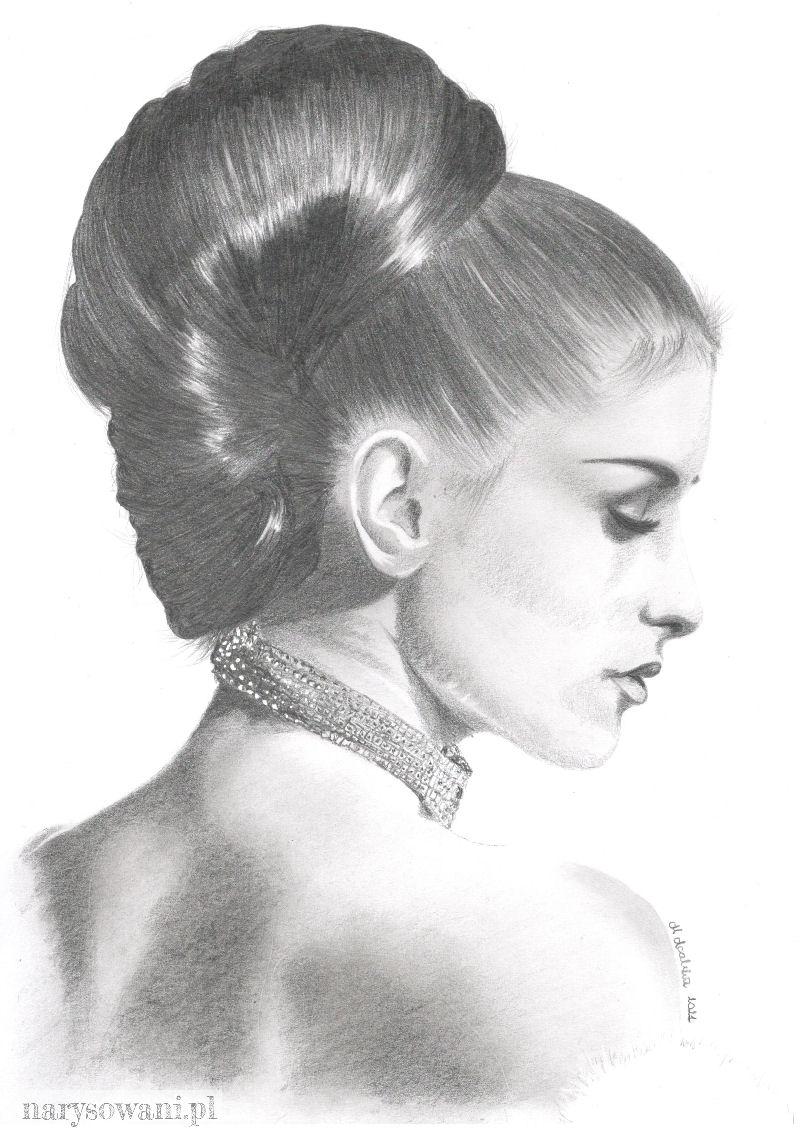 Profil półnagiej, pięknej i eleganckiej kobiety z włosami upiętymi z tyłu głowy.